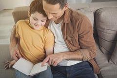 Εύθυμο παραμύθι ανάγνωσης γονέων για το παιδί του Στοκ Φωτογραφία