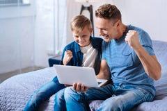 Εύθυμο ποδόσφαιρο προσοχής πατέρων και γιων on-line Στοκ εικόνα με δικαίωμα ελεύθερης χρήσης
