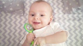 Εύθυμο πρόσωπο μωρών Πορτρέτο του χαμογελώντας νηπίου Κλείστε επάνω του χαριτωμένου χαμόγελου μωρών απόθεμα βίντεο