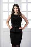 Εύθυμο πρότυπο μαύρο φόρεμα μόδας που θέτει και που χαμογελά στις εγχώριες εσωτερικές πόρτες σοφιτών στούντιο πίσω στοκ φωτογραφία