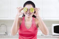 Εύθυμο πρότυπο με τα κομμάτια των φρούτων ακτινίδιων στοκ εικόνες
