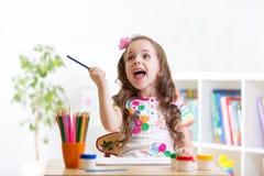 Εύθυμο σχέδιο κοριτσιών παιδιών με τα μολύβια μέσα Στοκ Εικόνες