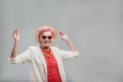 Εύθυμο σύγχρονο μέσο ηλικίας θηλυκό που έχει το χρόνο διασκέδασης στοκ εικόνα με δικαίωμα ελεύθερης χρήσης