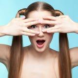 Εύθυμο φακιδοπρόσωπο κορίτσι στοκ εικόνες