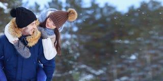 Εύθυμο χαμογελώντας ζεύγος που περπατά διάστημα χειμερινών στο δασικό αντιγράφων στοκ φωτογραφίες με δικαίωμα ελεύθερης χρήσης
