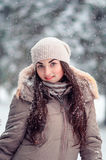 Εύθυμο χειμερινό πορτρέτο κοριτσιών στις χιονοπτώσεις Στοκ Εικόνες
