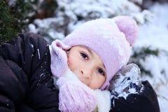 Εύθυμο όμορφο κορίτσι στο πορφυρό χειμερινό καπέλο Στοκ φωτογραφίες με δικαίωμα ελεύθερης χρήσης