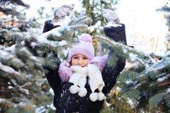 Εύθυμο όμορφο κορίτσι στο πορφυρό χειμερινό καπέλο Στοκ Εικόνες