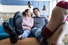 Εύθυμο όμορφο νέο ζεύγος στο σπίτι Στοκ Εικόνες