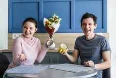 Εύθυμο όμορφο νέο ζεύγος στο σπίτι Στοκ φωτογραφία με δικαίωμα ελεύθερης χρήσης