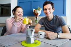 Εύθυμο όμορφο νέο ζεύγος στο σπίτι Στοκ εικόνες με δικαίωμα ελεύθερης χρήσης