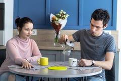 Εύθυμο όμορφο νέο ζεύγος στο σπίτι Στοκ φωτογραφίες με δικαίωμα ελεύθερης χρήσης