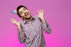 Εύθυμο όμορφο χαμόγελο ατόμων, που χαίρεται για το πορφυρό υπόβαθρο το όμορφο κέικ γενεθλίων μπαλονιών αφροαμερικάνων γιορτάζει τ Στοκ Εικόνα