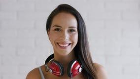 Εύθυμο brunette με τα ακουστικά φιλμ μικρού μήκους