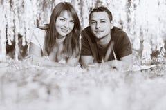 εύθυμο couplelaying πορτρέτο χλόης Στοκ Εικόνες
