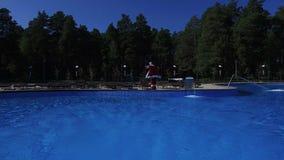 Εύθυμο Santa χορεύει γύρω από την πισίνα φιλμ μικρού μήκους