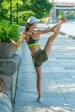 εύκαμπτος θηλυκός αθλητής που θερμαίνει πρίν στοκ εικόνα