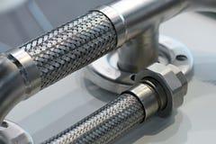 Εύκαμπτος σωλήνας μετάλλων, προσαρμοστής, συνδέοντας καρύδι Εξοπλισμός υδραυλικών στοκ φωτογραφία με δικαίωμα ελεύθερης χρήσης