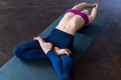 Εύκαμπτο νέο να βρεθεί γυναικών στο πάτωμα που κάνει την τεντώνοντας άσκηση για το σώμα που αυξάνει το στήθος επάνω με τα πόδια τ Στοκ φωτογραφία με δικαίωμα ελεύθερης χρήσης