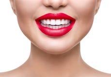 λεύκανση δοντιών Υγιής άσπρη κινηματογράφηση σε πρώτο πλάνο χαμόγελου Στοκ Εικόνα