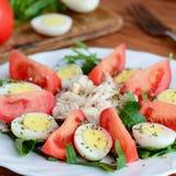 Εύκολη φυτική σαλάτα με το κοτόπουλο και τα αυγά Η σαλάτα με τις φέτες ντοματών, arugula, έβρασε τα αυγά ορτυκιών, το στήθος κοτό Στοκ φωτογραφία με δικαίωμα ελεύθερης χρήσης