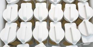 Εύκολος-για να φέρει την άσπρη πλαστική ΚΑΠ του ακρυλικού μπουκαλιού στις σειρές για το π Στοκ Φωτογραφία