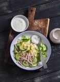Εύκολη και γρήγορη σαλάτα με την καπνισμένη Τουρκία, το αγγούρι και το βρασμένο αυγό Στοκ φωτογραφίες με δικαίωμα ελεύθερης χρήσης