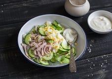 Εύκολη και γρήγορη σαλάτα με την καπνισμένη Τουρκία, το αγγούρι και το βρασμένο αυγό σε ένα σκοτεινό ξύλινο υπόβαθρο Στοκ φωτογραφίες με δικαίωμα ελεύθερης χρήσης