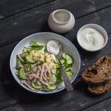 Εύκολη και γρήγορη σαλάτα με την καπνισμένη Τουρκία, το αγγούρι και το βρασμένο αυγό σε ένα σκοτεινό ξύλινο υπόβαθρο Στοκ Εικόνα