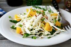 Εύκολη σαλάτα λάχανων με το arugula και το πορτοκάλι Στοκ Εικόνες