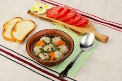 Εύκολη σούπα διατροφής με τα άσπρα στρογγυλά κεφτή κρέατος Στοκ Εικόνα