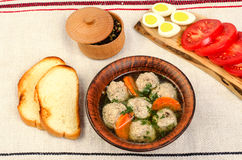 Εύκολη σούπα διατροφής με τα άσπρα στρογγυλά κεφτή κρέατος Στοκ εικόνα με δικαίωμα ελεύθερης χρήσης