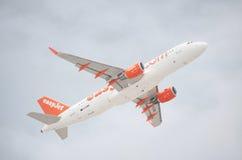 Εύκολο αεριωθούμενο airbus A320-200 που απογειώνεται από Tenerife το νότιο αερολιμένα μια νεφελώδη ημέρα Στοκ εικόνες με δικαίωμα ελεύθερης χρήσης