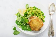 Εύκολο υγιές μεσημεριανό γεύμα: μηρός κοτόπουλου με τα πολτοποίηση πράσινα μπιζέλια και σαλάτα καλαμποκιού σε ένα ελαφρύ υπόβαθρο Στοκ Φωτογραφίες