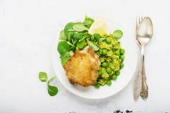 Εύκολο υγιές μεσημεριανό γεύμα: μηρός κοτόπουλου με τα πολτοποίηση πράσινα μπιζέλια και σαλάτα καλαμποκιού σε ένα ελαφρύ υπόβαθρο Στοκ εικόνα με δικαίωμα ελεύθερης χρήσης