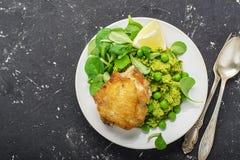 Εύκολο υγιές μεσημεριανό γεύμα: μηρός κοτόπουλου με τα πολτοποίηση πράσινα μπιζέλια και σαλάτα καλαμποκιού σε ένα ελαφρύ υπόβαθρο Στοκ εικόνες με δικαίωμα ελεύθερης χρήσης