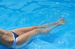 Εύμορφα θηλυκά πόδια στο νερό λιμνών Στοκ φωτογραφία με δικαίωμα ελεύθερης χρήσης