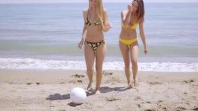 Εύμορφο νέο παιχνίδι γυναικών δύο σε μια παραλία φιλμ μικρού μήκους