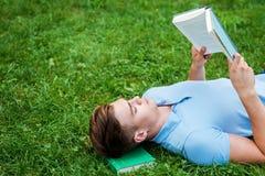 Εύρεση μιας ειρηνικής θέσης για να διαβάσει Στοκ Φωτογραφία