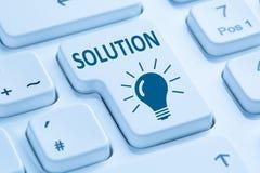 Εύρεση της λύσης για το μπλε compu Διαδικτύου κουμπιών σύγκρουσης προβλήματος Στοκ φωτογραφία με δικαίωμα ελεύθερης χρήσης