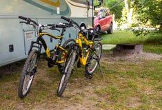 Εύρωστα ποδήλατα βουνών που χρησιμοποιούνται για να ερευνήσει τη φύση από τους κατόχους ενός σπιτιού μηχανών Στοκ Φωτογραφίες