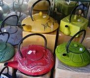 Εύρωστα, υπέροχα επεξεργασμένα teapots χυτοσιδήρου Στοκ Φωτογραφίες