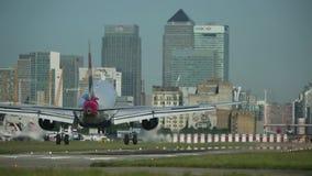 Εδάφη αεροπλάνων αεριωθούμενων αεροπλάνων στον αερολιμένα πόλεων - πίσω πτώση ουρανοξυστών απόθεμα βίντεο