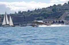 Εδάφη αεροπλάνων επιπλεόντων σωμάτων στην ένωση λιμνών Στοκ εικόνες με δικαίωμα ελεύθερης χρήσης