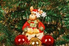 Ελάφια Χριστουγέννων με τις σφαίρες Χριστουγέννων Στοκ Εικόνες