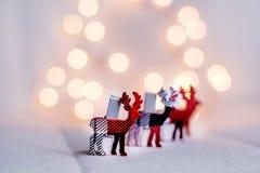 Ελάφια Χριστουγέννων σε μια σειρά σε ένα υπόβαθρο bokeh Στοκ Φωτογραφία