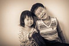 Ελάχιστα ασιατικά (ταϊλανδικά) παιδιά ευτυχώς στοκ φωτογραφίες