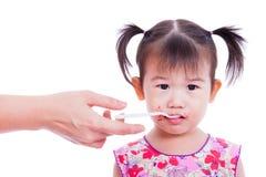 Ελάχιστα ασιατικό (ταϊλανδικό) κουτάλι εκμετάλλευσης κοριτσιών στο στόμα Στοκ φωτογραφία με δικαίωμα ελεύθερης χρήσης