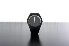 Ελάχιστη μαύρη άσπρη απομονωμένη φως μόδα χρονομέτρων με διακόπτη Wristwatch Στοκ εικόνα με δικαίωμα ελεύθερης χρήσης