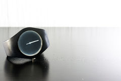 Ελάχιστη μαύρη άσπρη απομονωμένη φως μόδα χρονομέτρων με διακόπτη Wristwatch Στοκ Εικόνες